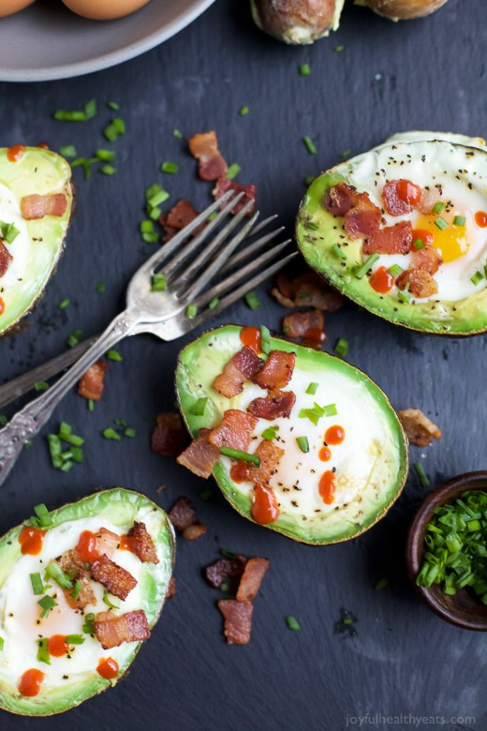 bacon-baked-egg-in-avocado/